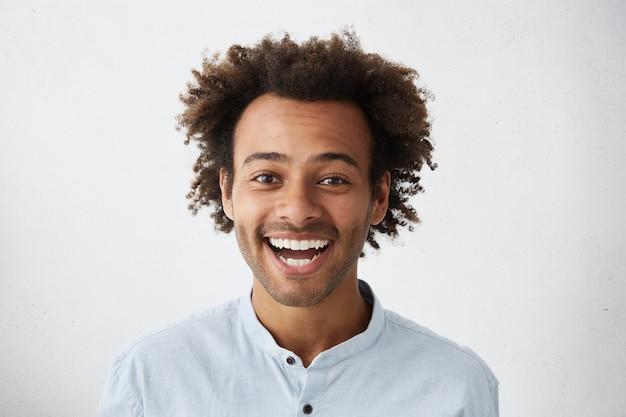 Stuido retrato de feliz alegre joven empresario
