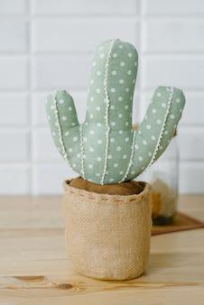 Suave cactus decorativo en una maceta