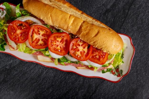 Sub largo con queso muenster, salami y vegetales