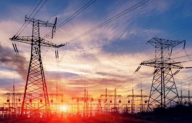 Subestación eléctrica de distribución con líneas eléctricas y transformadores.