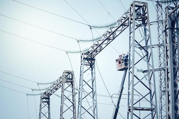 Subestación transformadora de potencia. paisaje tecnológico.