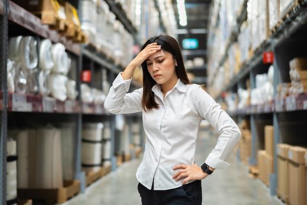 Subrayó mujer gerente en la tienda almacén