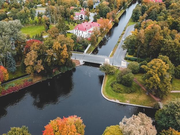 Suburbio de san petersburgo. desarrollo urbano de baja altura, parque, río.
