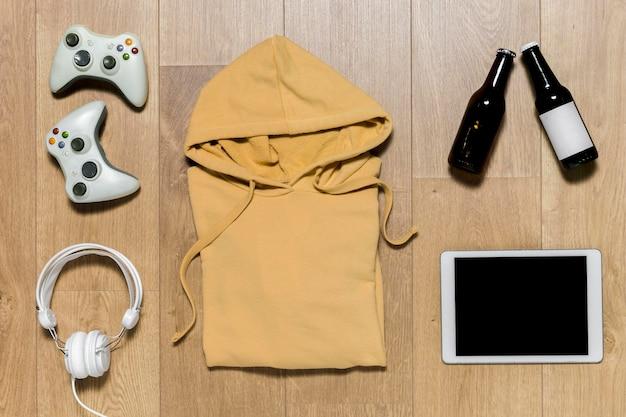 Sudadera con capucha y tableta.