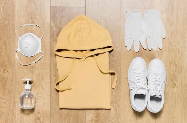 Sudadera con capucha y zapatos.