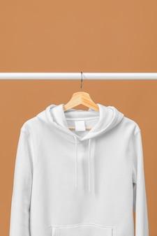 Sudadera deportiva blanca con espacio de copia de etiqueta de ropa