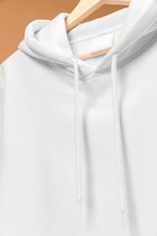 Sudadera deportiva blanca con etiqueta de ropa y cordones