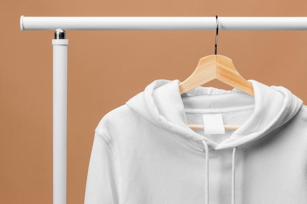 Sudadera deportiva blanca con etiqueta de ropa en la percha