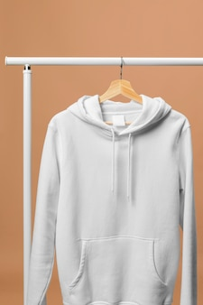 Sudadera deportiva blanca con etiqueta de ropa vista frontal