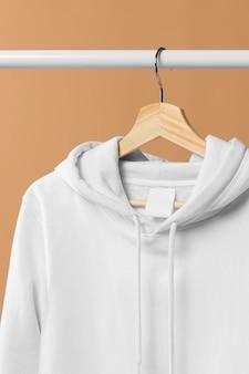 Sudadera deportiva blanca con etiqueta de ropa