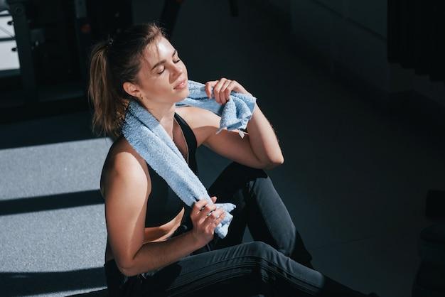 Sudando después del entrenamiento. hermosa mujer rubia en el gimnasio en su fin de semana