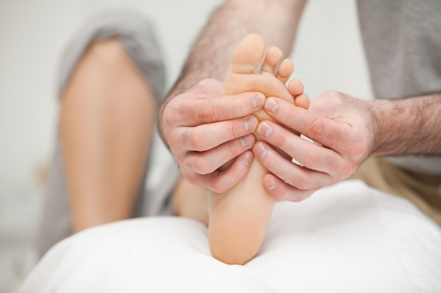 Suela de un pie tocado por un médico