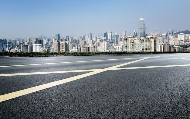Suelo de asfalto y paisaje arquitectónico urbano.