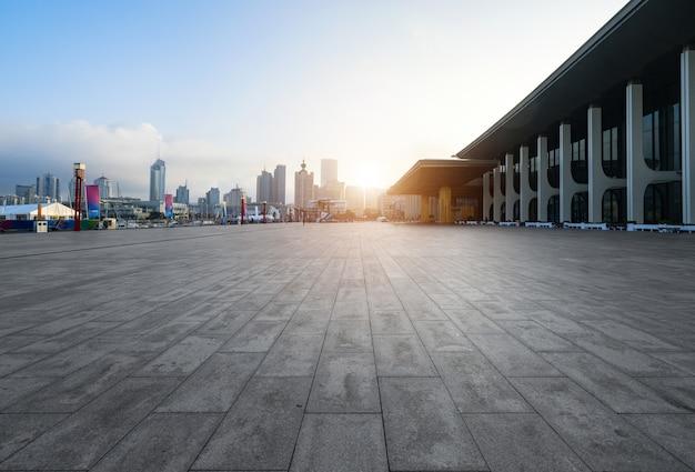 Suelo cuadrado vacío y edificios modernos en qingdao, china