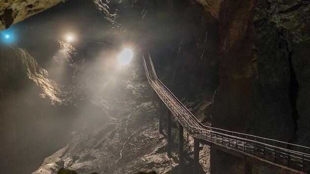 Bajo el suelo. hermosa vista de estalactitas y estalagmitas en una caverna subterránea - nueva cueva de athos. sagradas antiguas formaciones del inframundo.
