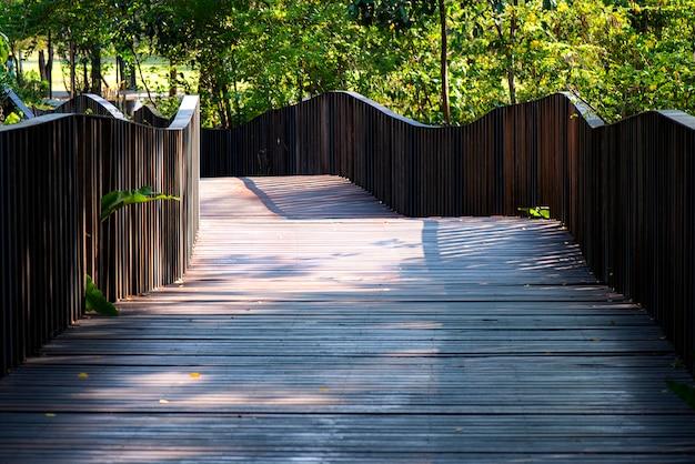 Suelo de madera en jardín verde.