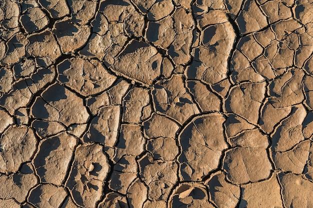 Suelo seco grietas de la tierra en la naturaleza.