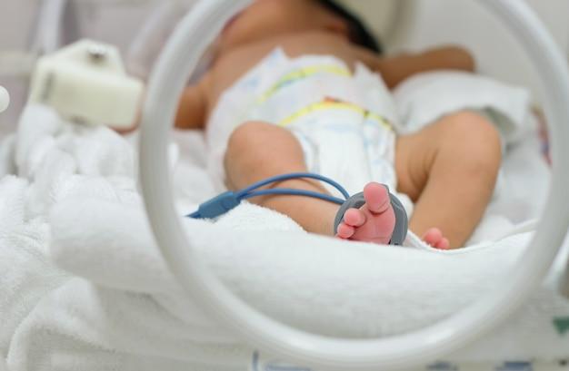 Sueño prematuro del bebé dentro de la incubadora