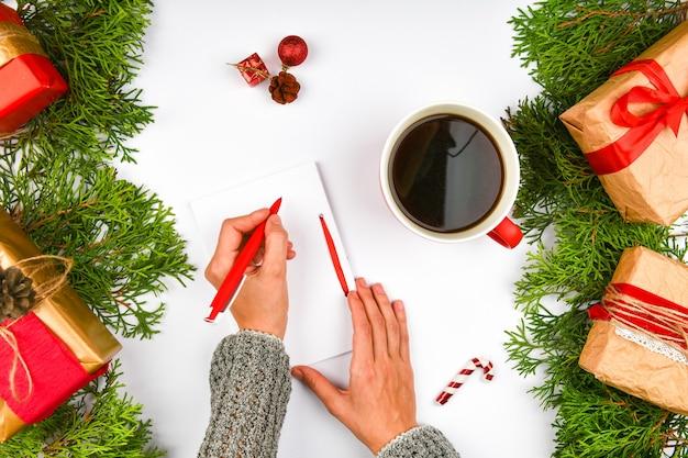 Los sueños de planes de metas hacen una lista para escribir un concepto de navidad de año nuevo en un cuaderno