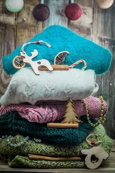 Suéter de árbol de navidad y juguetes navideños de madera sobre madera