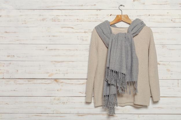 Suéter de punto en perchero de superficie de madera