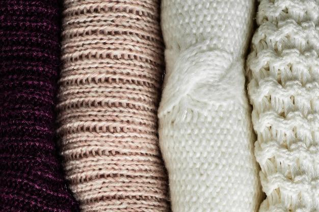 Suéteres calientes. montón de ropa de punto, suéteres, géneros de punto, concepto de otoño invierno.
