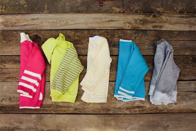 Suéteres de colores cálidos femeninos. vista superior.