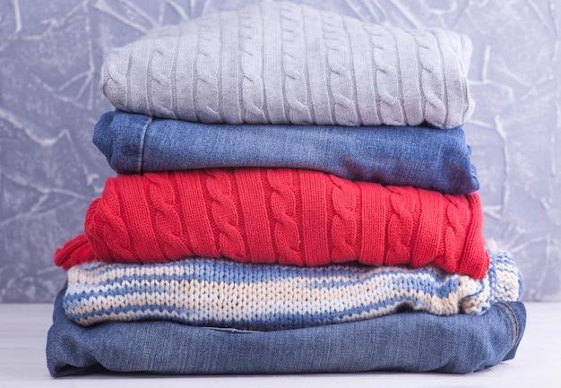 Suéteres de punto y jeans.