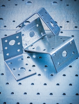 Sujetadores angulares perforados de acero inoxidable en concepto de construcción de chapa metálica perforada