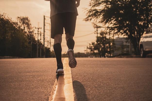 Sujeto borroso hombre corriendo en carretera