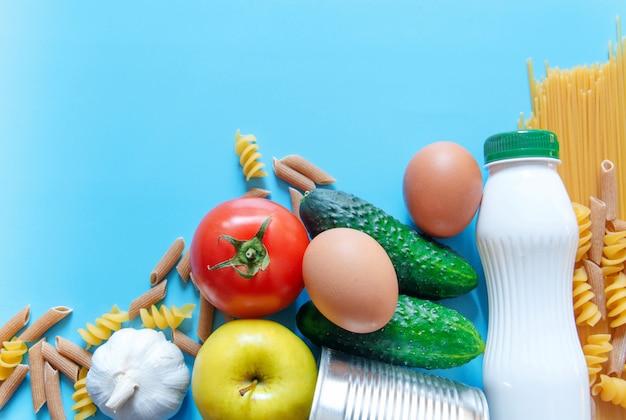 Suministros de alimentos, pasta, tomate, comida enlatada, pepino, manzana, plátano, ajo.