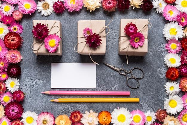 Suministros de artesanía y tarjetas de visita para floristería.