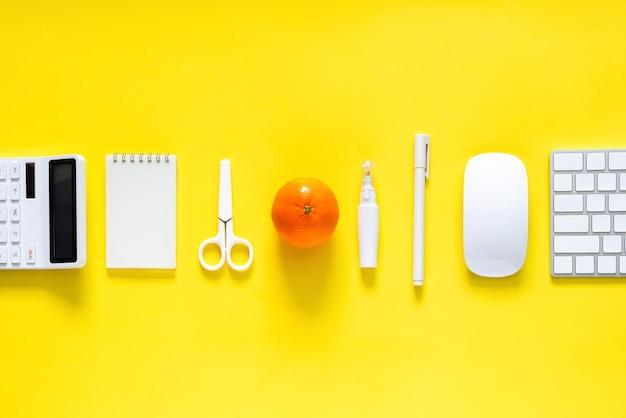 Suministros blancos y fruta naranja para estudiantes y oficiales para el regreso a la escuela y el concepto de oficina de trabajo.