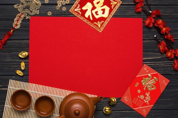 Suministros de ceremonia de té cerca de papel rojo
