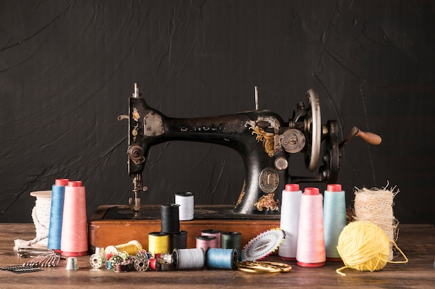 Suministros de costura cerca de la máquina retro