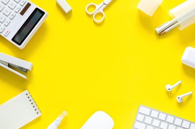Suministros para estudiantes y oficiales sobre fondo amarillo para el regreso a la escuela y el concepto de oficina de trabajo