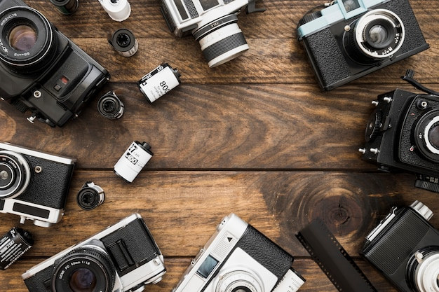 Suministros de fotografía en la mesa de madera