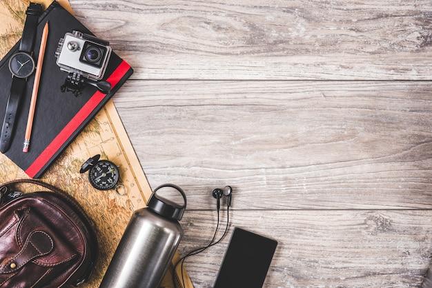 Suministros de fotógrafo sobre fondo de madera