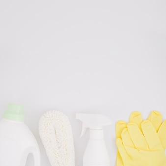 Suministros de limpieza sobre fondo blanco