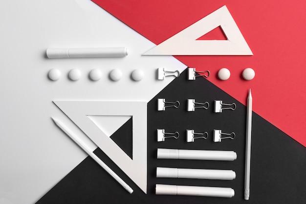 Suministros en mesa blanca roja y negra