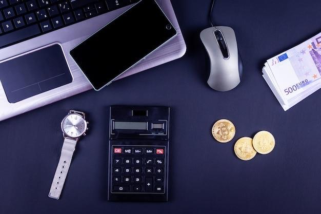 Suministros de oficina y monedas bitcoin en el espacio de trabajo, vista superior