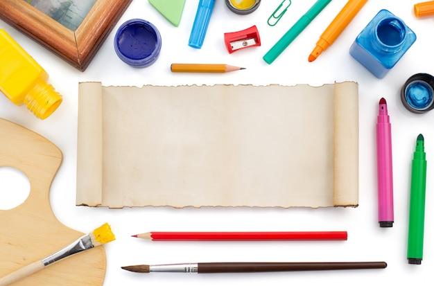 Suministros de pintura aislados en blanco