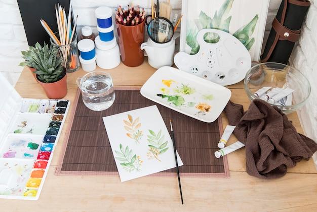 Suministros de pintura de alto ángulo en el escritorio