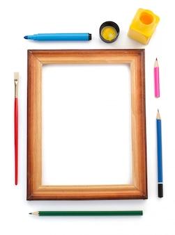 Suministros de pintura y marco en blanco