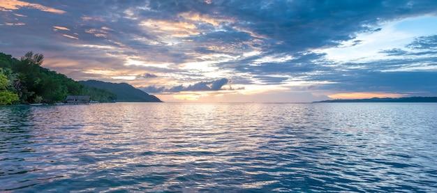 Sunset sky sobre kri y monsuar, papúa occidental, raja ampat, indonesia.