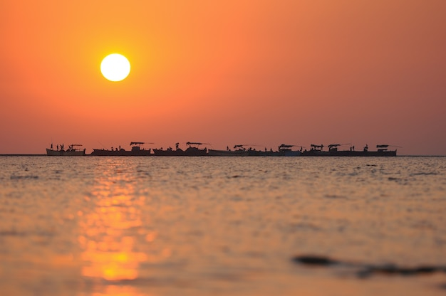 Sunset sunrise sea boats trabajadores