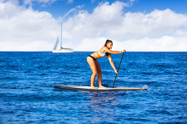 Sup stand up surf chica con remo