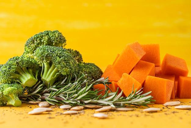 Super comida. brócoli y calabaza listos para cocinar. con especias, romero y semillas de calabaza.