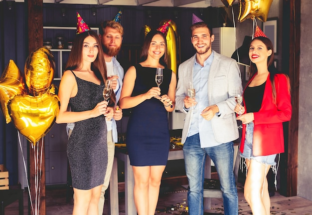 Super fiesta con mejores amigos. una compañía de amigos muy positivos se divierten en una fiesta.