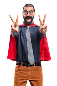 Super héroe haciendo gesto de victoria